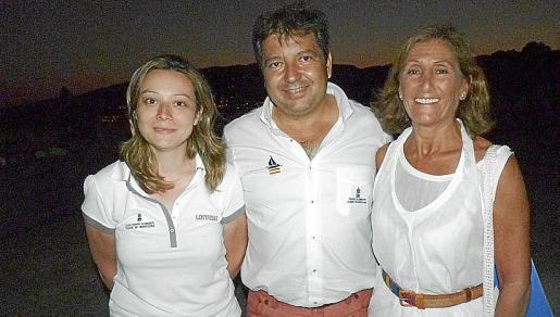 Los organizadores de la regata, Cristina Bono Y Manuel Hernández, junto a Toti Pou.