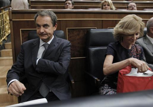 El presidente del Gobierno, José Luis Rodríguez Zapatero, junto a la vicepresidenta del Gobierno de Asuntos Económicos, Elena Salgado, al inicio hoy del pleno extraordinario del Congreso en el que defiende las nuevas medidas anticrisis, que convalidará la Cámara.
