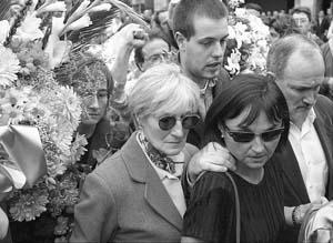 La viuda de Lacalle (izq.), llega junto a su hijo Alain (detrás) y otros familiares al funeral que se celebró en la iglesia de San Martín de Andoain.