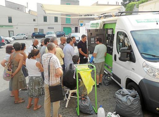 El primer día de pruebas con la máquina para el reciclaje fue un éxito en Capdepera.