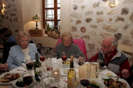 Cynthia Powell, Sheila Smith y A.N. Other.