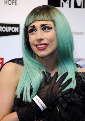 La cantante estadounidense Lady Gaga se emociona durante una rueda de prensa celebrada en Tokio.