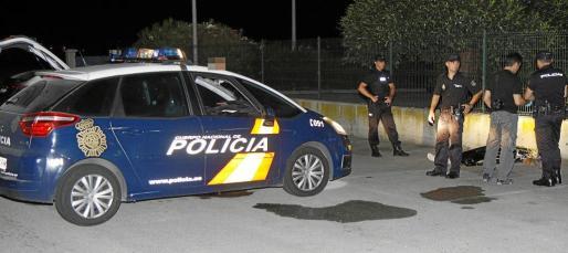 Agentes del Cuerpo Nacional de Policía procedieron a la identificación del cadáver y, acto seguido, detuvieron a las dos mujeres que abandonaron al varón frente a Son Banya.