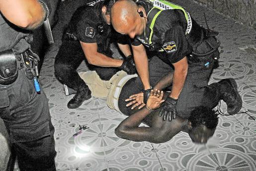 Los agentes redujeron al sospechoso y lo condujeron hasta los calabozos policiales.