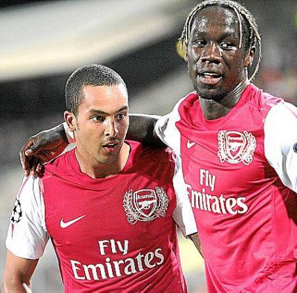 Walcott y Sagna celebran un gol del Arsenal.