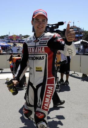 El piloto español Jorge Lorenzo de Yamaha celebra tras lograr el mejor tiempo de entrenamientos para el Gran Premio de Estados Unidos, en una imagen de archivo.