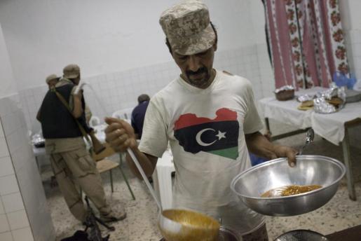 Un rebelde libio de la Brigada Trípoli prepara comida para sus camaradas hoy, miércoles 24 de agosto de 2011, en la sede de la brigada en Trípoli (Libia). Confiados en la victoria definitiva, los rebeldes libios se aprestan a iniciar una compleja y larga transición mientras preparan el asalto a Sirte, ciudad natal del ilocalizable líder libio, Muamar el Gadafi, y último bastión leal al antiguo régimen.