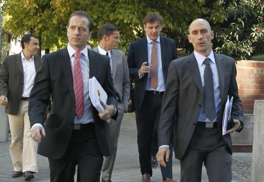 Luis Rubiales (d) y Jesús Díaz, presidente y vicepresidente respectivamente de la Asociación de Futbolistas Españoles (AFE), a su llegada a la sede de la liga de Fútbol Profesional (LFP) donde los representantes de los clubes y los jugadores mantienen la séptima reunión.