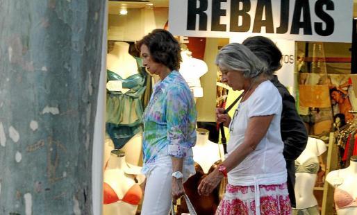 Doña Sofía y su hermana Irene a su paso por la avenida Jaume III. Con anterioridad pasearon por la zona del Teatre Principal.