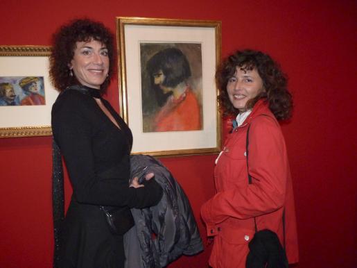 Terri Ceglie y Cristina Besa, ante una de las obras expuestas.