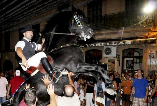 Centenares de personas se concentran en las inmediaciones de la plaza de Sant Bartomeu para disfrutar de este evento ecuestre.