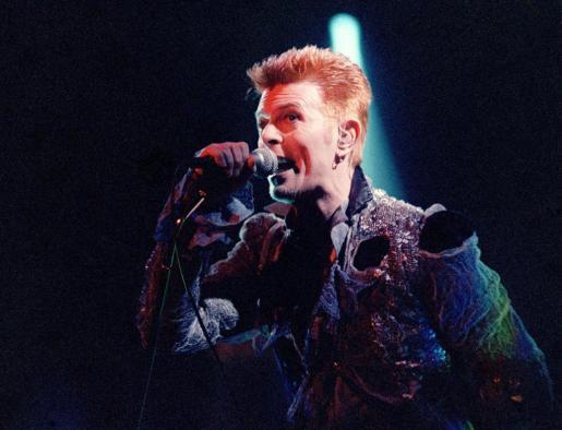 El cantante británico David Bowie, durante una actuación antes de abandonar los escenarios.