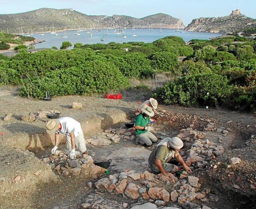 Los arqueólogos, trabajando en una de las estructuras halladas en Cabrera.