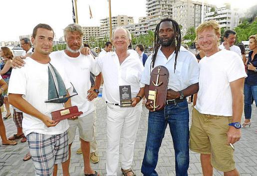 Vencedores absolutos de la regata de Barcos Clásicos a bordo del Rahda: Agustín McCarter, Julián Dohnson, Thierry Courat, Wilmouth Rene y Douglas Bray.