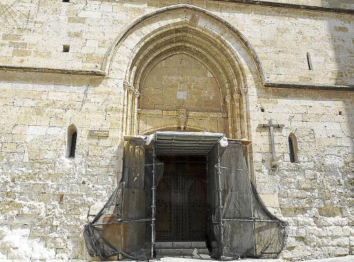 La iglesia, que fue construida en 1249, tiene a día de hoy su 'portal major' apuntalado.