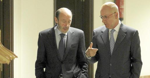 Rubalcaba conversa con el portavoz parlamentario de CiU, Josep Antoni Duran i Lleida, en los pasillos del Congreso de los Diputados.