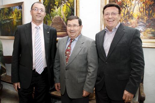 José Martínez, presidente de la Casa de Andalucía, junto a Santiago Florit y Ramón Torres.