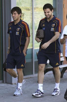 Los jugadores de la selección española de fútbol, David Silva (i) y Cesc Fábregas (d), momentos antes del inicio de la rueda de prensa que han ofrecido en la Ciudad del Fútbol de Las Rozas.