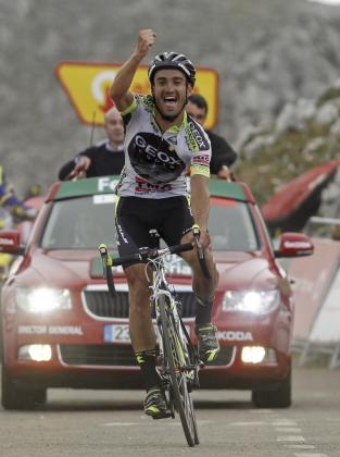El ciclista del equipo GEOX, Juan José Cobo, celebra su victoria en la decimoquinta etapa de la Vuelta Ciclista a España.