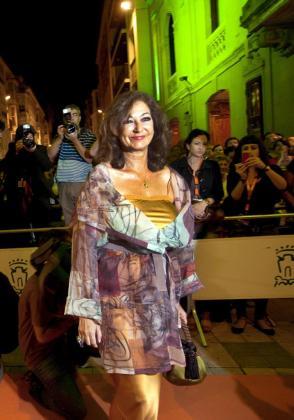 La periodista Ana Rosa Quintana posa para los fotógrafos durante la clausura de la 3 edición del Festival de Televisión y Radio de Vitoria (FesTVal) celebrada en la capital alavesa.