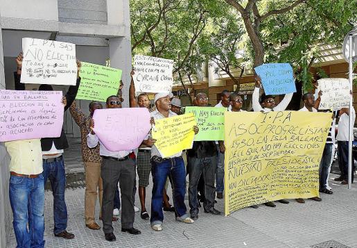 Medio centenar de manifestantes se concentraron frente al Casal de Barri y pidieron justicia.