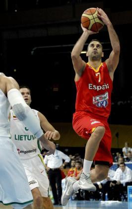 El escolta de la selección española Juan Carlos Navarro entra a canasta ante dos jugadores de la selección lituana.