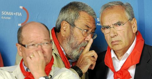 El secretario general de UGT, Cándido Méndez y el presidente de la Fundación Pablo Iglesias, Alfonso Guerra, durante la fiesta minera de Rodiezmo.