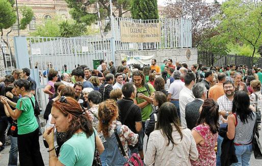 Concentración en apoyo de los profesores encerrados en la Consejería de Educación en Madrid.