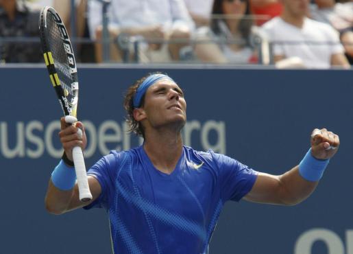 El tenista Rafael Nadal celebra la victoria que le permitirá jugar los octavos de final del US Open.