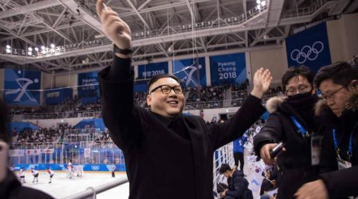 Instante en el que el falso Kim saluda al público.