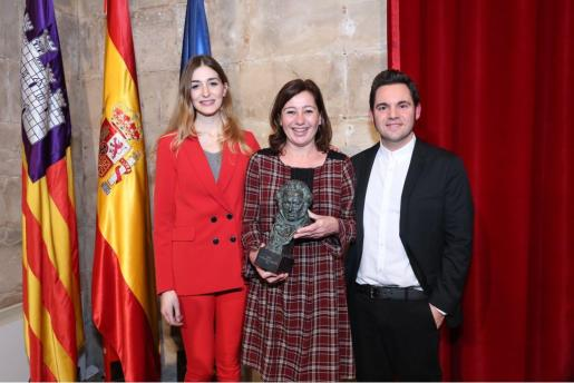 La presidenta del Govern, Francina Armengol, ha recibido este viernes en el Consolat de Mar a la guionista y al director de 'Woody & Woody', Laura Gost y Jaume Carrió.