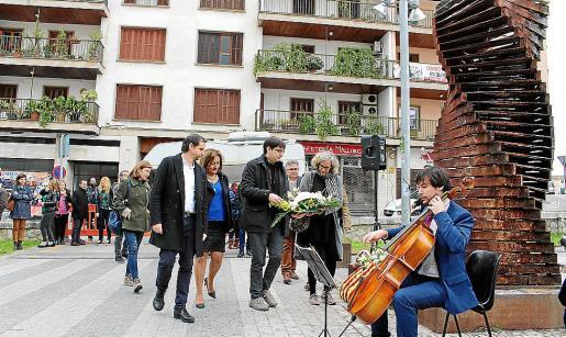 Biel Fiol puso música al homenaje floral que se celebró al pie del Monument del Silenci.