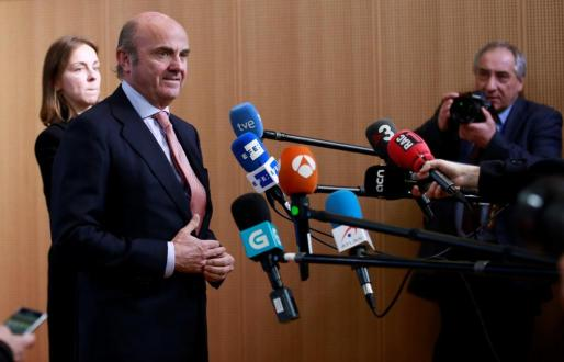El Ministro de Economía español, Luis de Guindos (centro), atiende a los medios de comunicación tras su designación como vicepresidente del Banco Central Europeo (BCE).