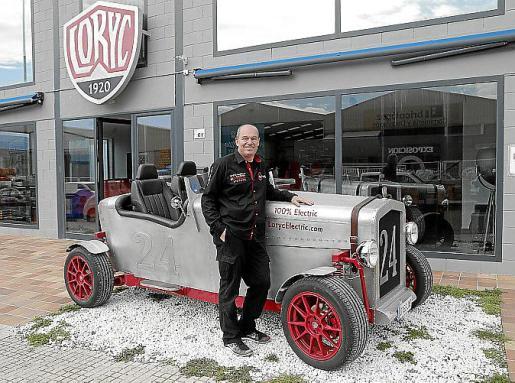 Charly Bosch posa con uno de los coches a la entrada del concesionario-taller de Loryc, situado en el polígono Son Bugadelles, en Calvià.