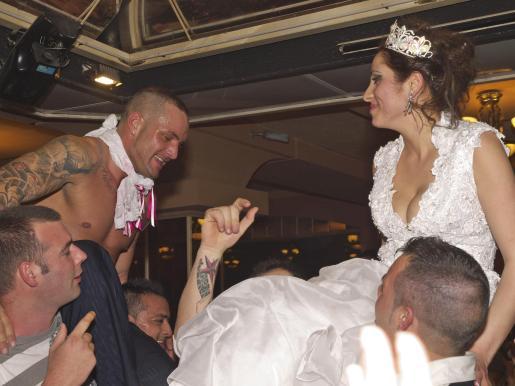 Damián y Samara, durante la fiesta posterior.