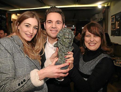 Laura Gost, Jaume Carrió y Aline Tur con el Goya.