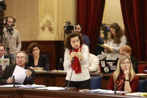 Fina Santiago durante una intervención en el Parlament.
