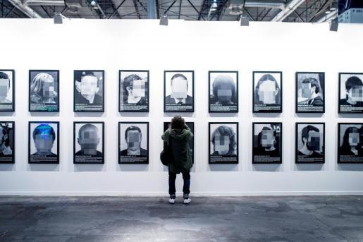 """Obra """"Presos Políticos"""" del español Santiago Sierra, pertenecienta a la galería Elga Alvear, en la edición 2018 de ARCO."""
