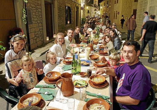 Imagen del 'sopar a la fresca'. El Ajuntament cobrará un euro por cada botella de vino.