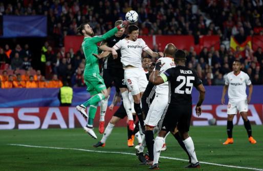 David De Gea despeja un balón ante los jugadores del Sevilla.