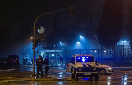 Las fuerzas de seguridad, en los alrededores del recinto poco después del ataque.