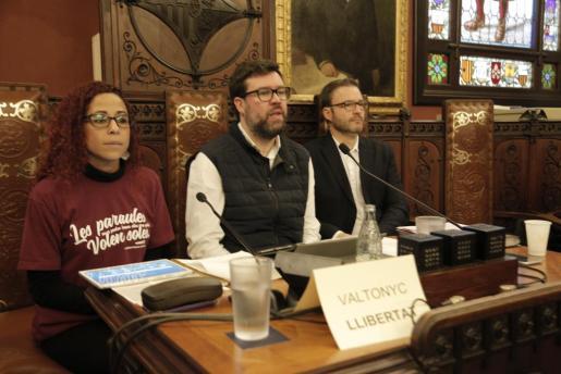 Manifestaciones de apoyo a Valtonyc por parte de varios regidores del Ayuntamiento de Palma durante el pleno.
