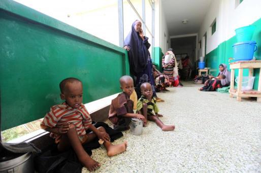 Un grupo de niños afectados por desnutrición severa se sienta en el corredor del hospital pediátrico de Bandir, en Somalia.