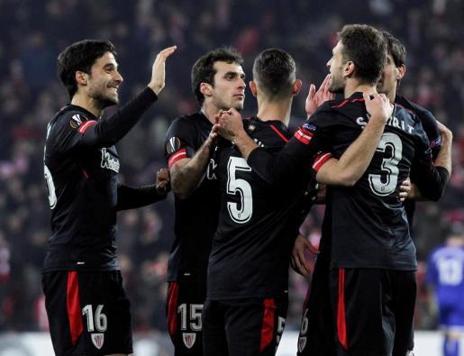 El defensa del Athletic de Bilbao Xabier Etxeita es felicitado por sus compañeros tras marcar ante el Spartak de Moscú.