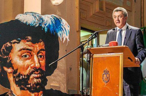 Imagen de archivo de Enrique J. Román impartiendo una conferencia sobre este viaje alrededor del mundo.