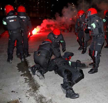 Un ertzaina fallece durante los enfrentamientos que se han producido cerca del estadio de San Mamés antes del partido de la Liga Europa entre el Athletic de Bilbao y el Spartak de Moscú.