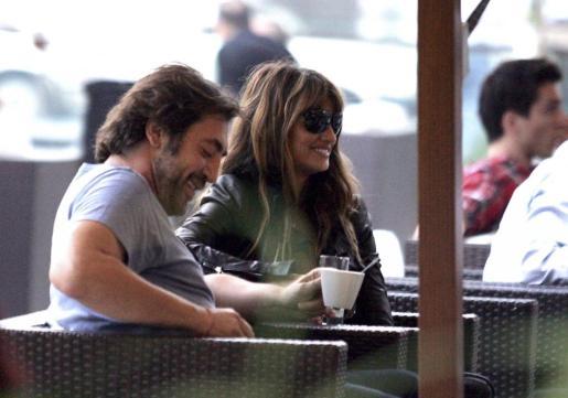 La actriz española Penélope Cruz (d) y su marido, el actor español Javier Bardem (i), conversan en el Hotel café de Sarajevo.
