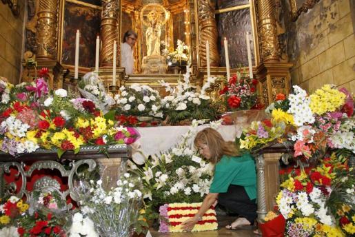 Los ramos y centros llenaron completamente de flores el altar.