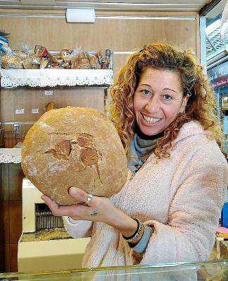 Sobre estas líneas, Jeny, de Can Coves nos muestra una hogaza de pan de xeixa.