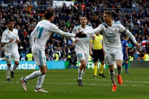 Los jugadores del Real Madrid Bale y Cristiano celebran un gol.